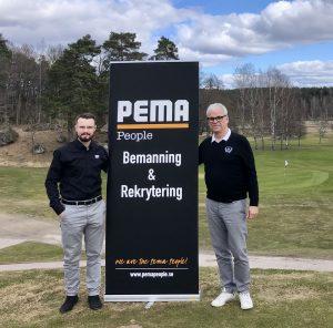 Pontus Rönnberg från PEMA People och Anders Holmer, Västerås golfklubb